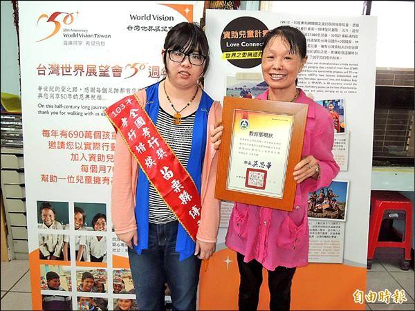 傅羽妍(左)從小協助照顧半身癱瘓的父親,不向命運低頭,去年獲全國孝行獎殊榮,她的媽媽邱秀丹昨天再三感謝世界展望會、苗栗家扶中心等單位對她們的長期資助。(記者張勳騰攝)