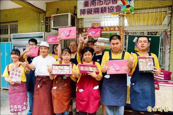 展翼烘焙坊推出系列的月餅禮盒,都是憨兒們在專業師傅的指導下,努力手作的美味,歡迎各界訂購。(記者吳俊鋒攝)