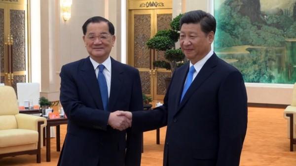 中國國民黨前主席連戰(左)1日上午在北京人民大會堂會見中共總書記習近平(右),舉行第三次「連習會」。(中央社)