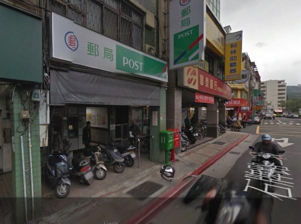 北投警方查獲「假綁架、真詐騙」案,車手在郵局外等著收錢。(圖擷取自Google Map)
