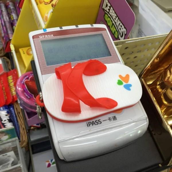 超商內的一卡通扣款機造型十分吸睛。(擷取自陳菊臉書)