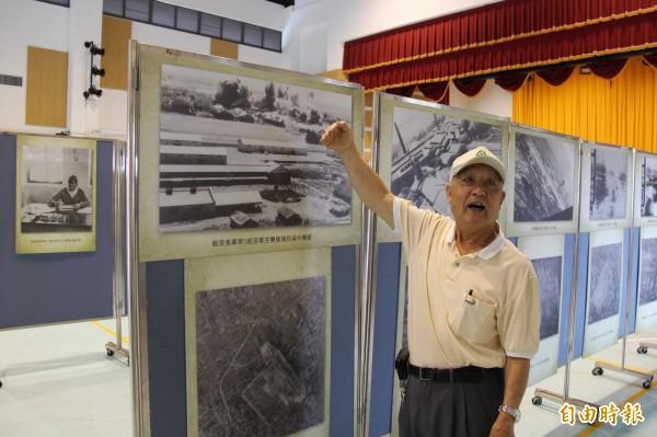 高齡83歲的陳主敬先生,參展時看到溪州糖廠被轟炸的照片,回憶解說著當年情況。(記者陳冠備攝)