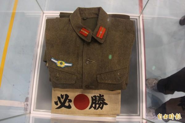 現場文物展出老兵林才壽當時所服役的空軍軍服、還有神風特攻隊的必勝頭巾。(記者陳冠備攝)