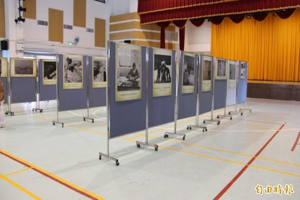 現場展出向美國國家檔案局借調100多張二次大戰美軍轟炸日本軍機、台灣多處機場、軍事基地等檔案照片。(記者陳冠備攝)