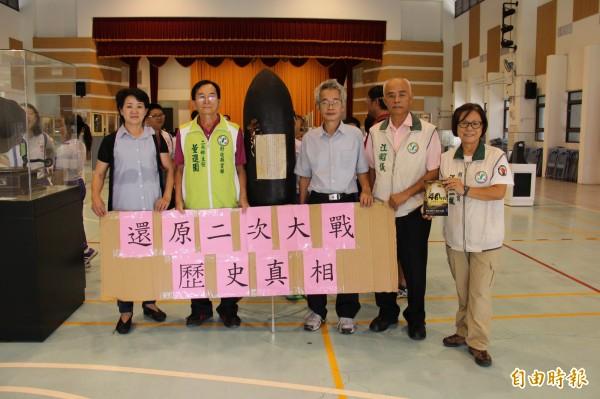 縣議員江熊一楓、江昭儀呼籲一起來看展,還原台灣歷史真相。(記者陳冠備攝)