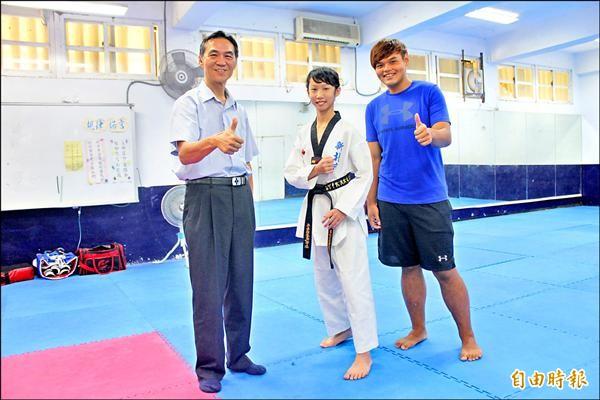 指導教練連偉辰(右)也是八里國小跆拳道隊校友。(記者郭顏慧攝)