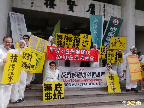 綠色公民行動聯盟等環保團體今赴立法院抗議,要求明天舉行的專案決策會議砍掉境外再處理核廢料預算案,重新規劃核廢料政策。 (記者張筱笛攝)