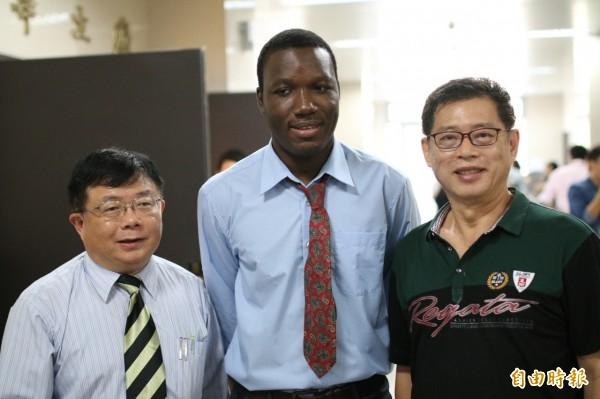 在李清潭(左起)協助下,葛吉優獲董事長長廖昆隆聘用。(記者洪定宏攝)