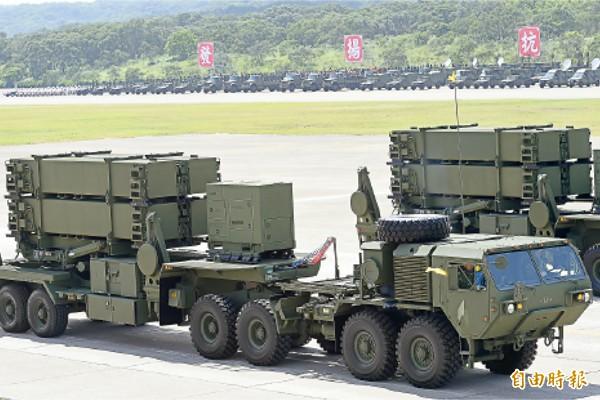 為反制中國對台飛彈威脅,我國飛彈部隊明年七月將到美國白沙飛彈試射場,進行愛國者三型飛彈的實彈射擊。圖為國軍愛國者三型飛彈發射系統,今年六月現身在國防戰力展示預演的行列中。(資料照,記者張嘉明攝)