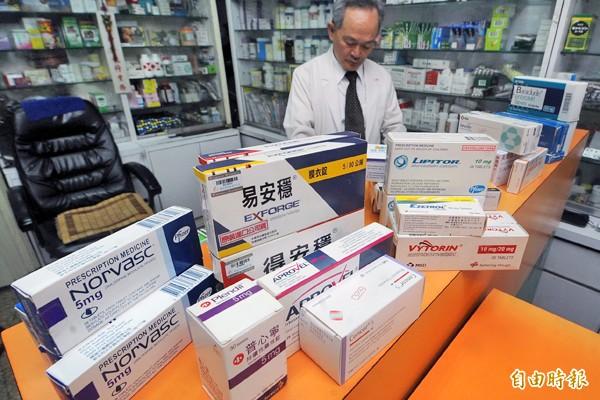 學名藥由於不必投入實驗成本,價格較原廠藥便宜。(藥局資料照,與本文無關)