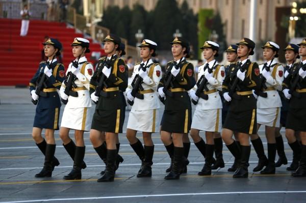中國儀隊女兵首次在閱兵中亮相。(美聯社)