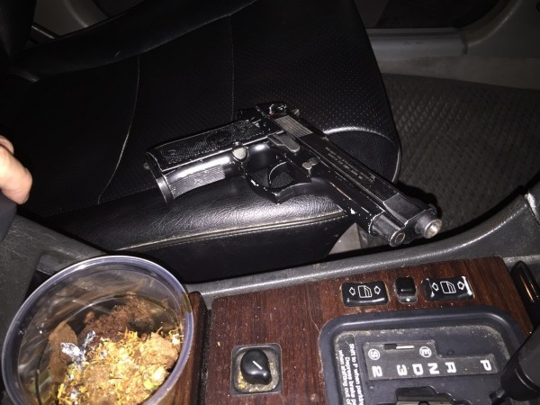 警方從正在把玩槍枝的蘇男手中奪下這把改造手槍。(記者許國楨翻攝)