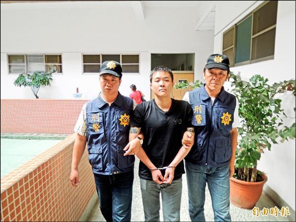 洪啟瑋(中)昨被警方解送地檢署時不發一言。(記者丁偉杰攝)