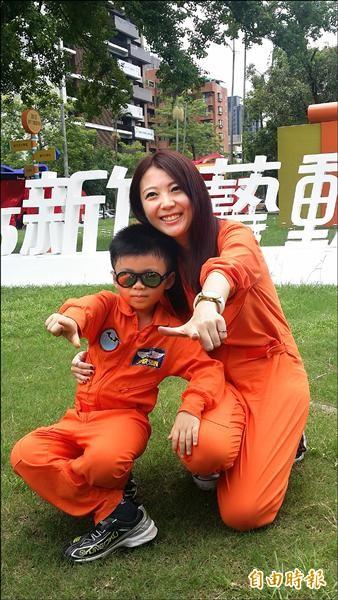 國慶SUPER RUN將向新竹的空軍英雄、前黑蝙蝠中隊致敬,參加路跑民眾當天所穿的亮橘色連身飛行裝首度亮相,英氣十足。(記者蔡彰盛攝)
