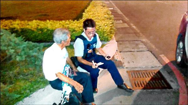 老翁被丟包在花圃,站了2小時,才被巡警發現。(記者邱奕統翻攝)