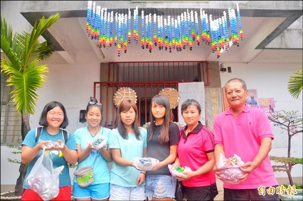 由台大、中原等校學生組成農村服務團隊,發起收集瓶蓋活動,做成漂亮飾品。(記者葉永騫攝)