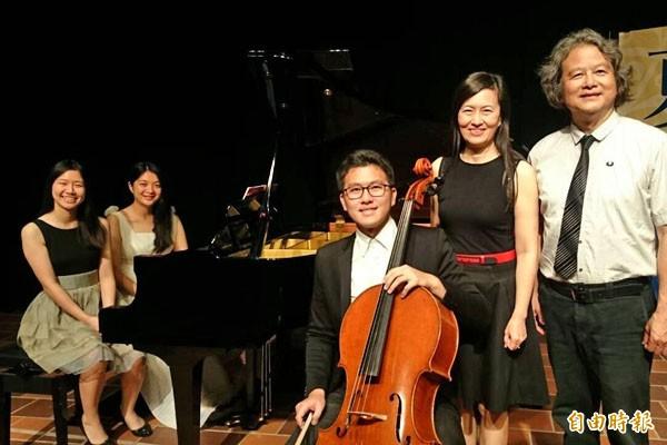 「嘉義雅集」藝術總監謝元富(前排右起)與聲樂家夫人林瑩瑩、兒子謝孟軒、女兒謝若宇(後排左起)、年輕鋼琴家王一幸等出席首演記者會,推廣音樂。(記者余雪蘭攝)