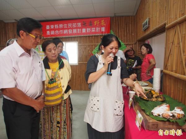 台東部落野菜專業講師郭秋孜(持麥克風者)說明創意野菜的料理方式。(記者王秀亭攝)