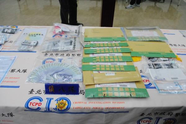 警方查扣到大批贓款、宅配包裹等贓證物。(記者王冠仁翻攝)