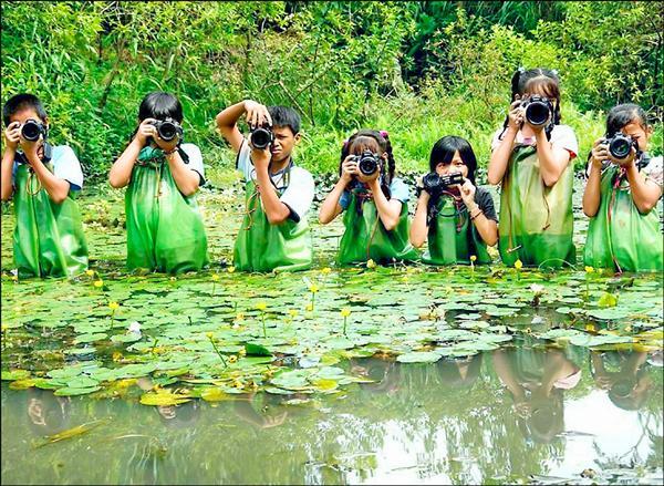 謝基煌帶領學生用相機記錄生態。(謝基煌提供)