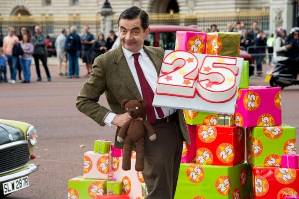 電視劇《豆豆先生》為了紀念相關電視劇25週年,「豆豆先生」和泰迪熊乘車漫遊倫敦。(美聯社)