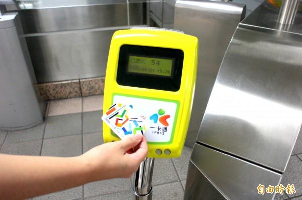 台北捷運設置的多卡通機器,近日才開放一卡通使用。(資料照,記者郭逸攝)