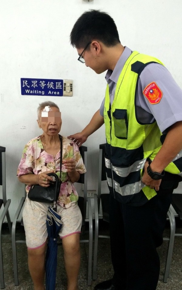 員警將蔡婦帶返派出所休息,並耐心與她溝通。(記者黃捷翻攝)