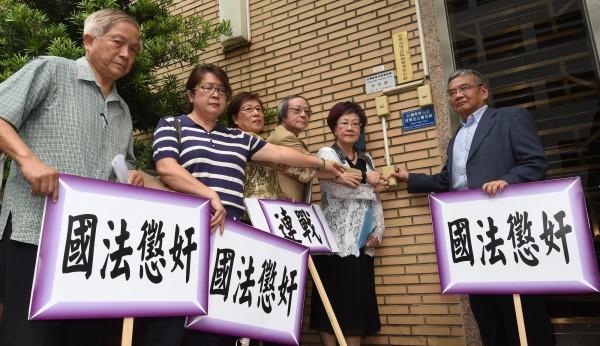 前副總統呂秀蓮(右二)日前與多位前國策顧問及立法委員,一同前往台灣高等法院檢察署告發連戰。(記者劉信德攝)