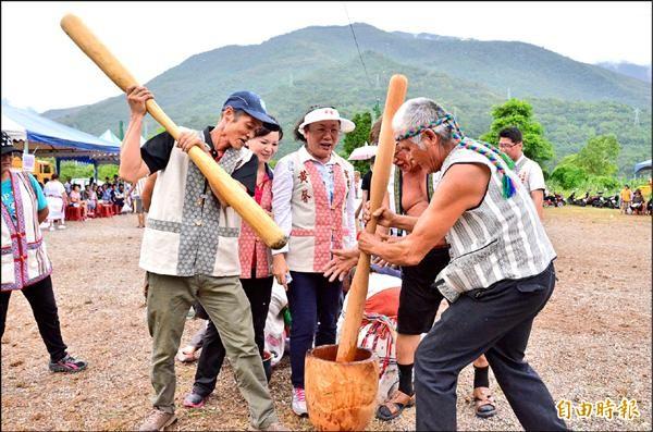 搗米比賽男人掄起木杵用力舂米,吉安鄉長黃馨(中)看得興味盎然。(記者花孟璟攝)