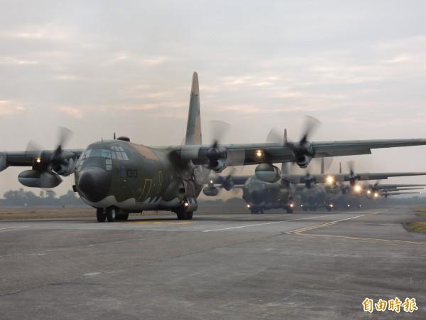 漢光演習實兵演練週一開打,其中,在清泉崗基地將有空降與反空降演練。 圖為空軍C130運輸機集結待命起飛的演練情形。(記者羅添斌攝)