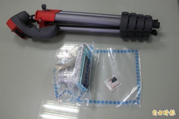 警方查扣金男的相機及記憶卡,因為相機加腳架太大支曝光(記者吳昇儒攝)