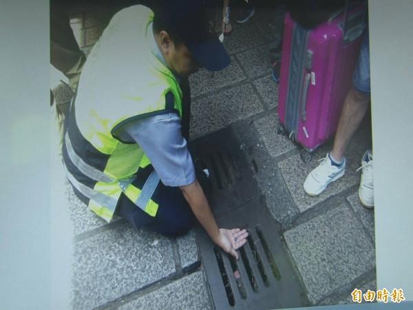 警方從水溝中找到金男企圖丟棄的記憶卡(記者吳昇儒翻攝)
