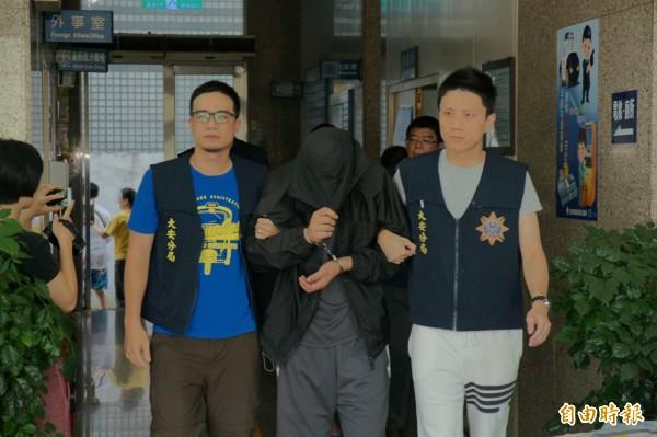 警方逮捕竊車搶奪的主嫌鄭光哲。(記者姚岳宏攝)