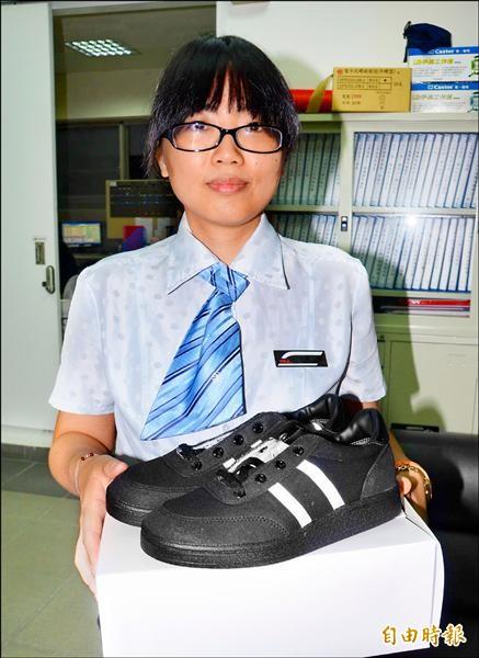 中洲站站務員張依綾提供全新的工作鞋,讓女乘客可以順利南下約會。(記者吳俊鋒攝)