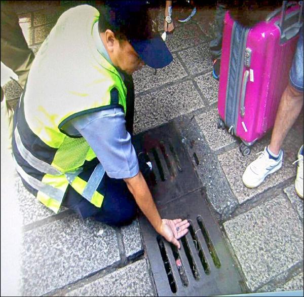 警方從水溝中找到金男企圖丟棄的記憶卡。(記者吳昇儒翻攝)