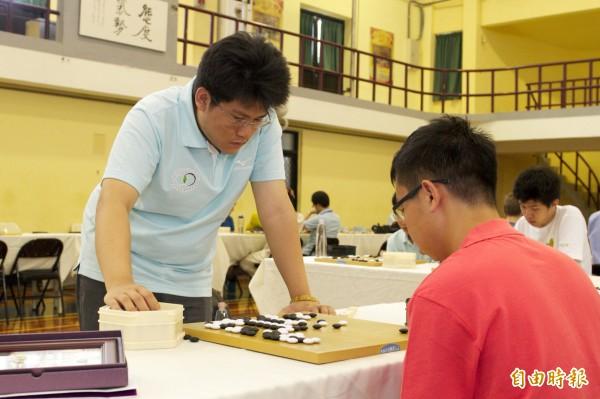 今年以拾穗計畫特殊選才圍棋專長身分進入清大不分系的王元均(站立者),剛獲得台灣棋院天元冠軍,對圍棋的專注,讓他能以特殊才能進清大就讀。(記者洪美秀攝)