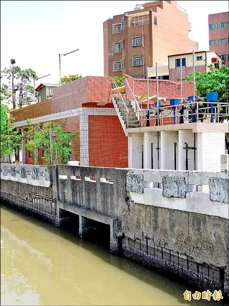 台南市水利局啟閉運河截流閘門,引運河活水沖刷箱涵抑制病媒蚊孳生。(記者洪瑞琴攝)