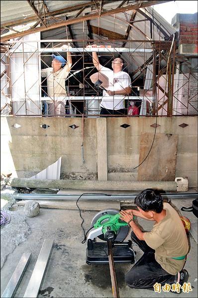 「蘇迪勒義工隊」巡迴中台灣各地,為蘇迪勒颱風的受災戶修繕房屋。(記者顏宏駿攝)