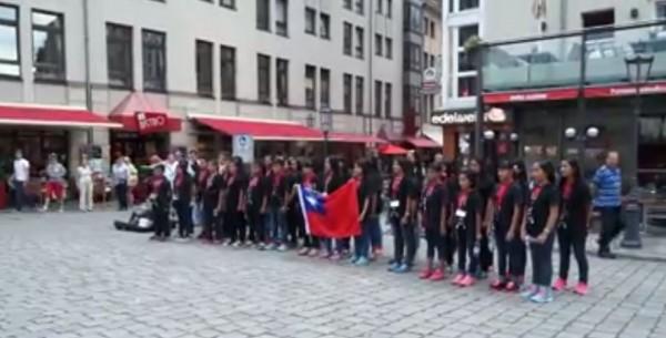 台灣合唱團在德國街頭唱起國歌。(圖片取自台灣原聲教育協會 Vox Nativa Taiwan臉書粉絲團)