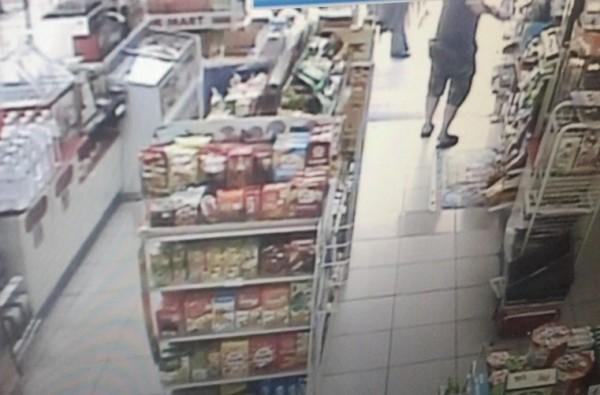 店內監視器拍下姚嫌犯案過程。(記者曾健銘翻攝)