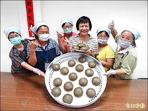 台灣陽光婦女協會的婦女們呼籲大家來買饅頭,所得全數捐給中華民國失智者照顧協會。(記者蘇金鳳攝)