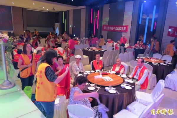 華山基金會舉行老人家K歌比賽及餐會。(記者蘇金鳳攝)