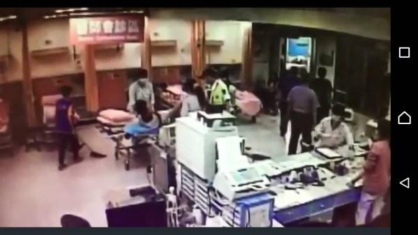新北聯醫板橋院司張姓護理師(左4)3日遭廖姓男子打了一拳,這已是張女2個月內,2度遭受急診室暴力。(記者吳仁捷翻攝)