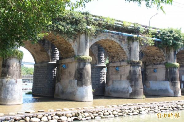 散發著古樸美的關西東安橋是座石砌古橋,造型優美且融入周邊環境。(記者黃美珠攝)
