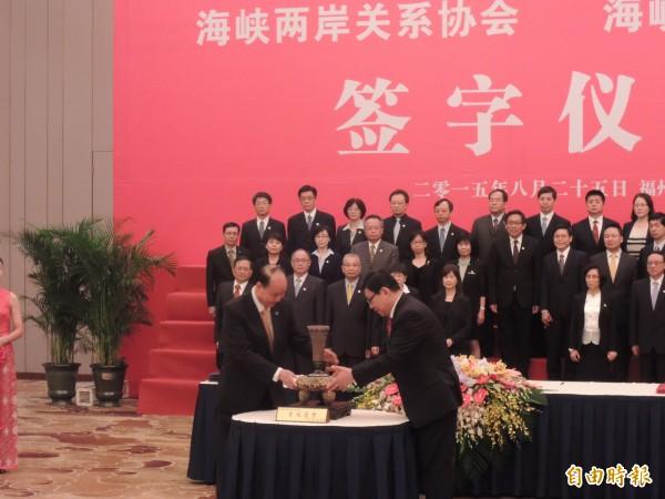 日前海基會與中國海協會長在中國福州市簽署協議後。(資料照,記者彭顯鈞攝)