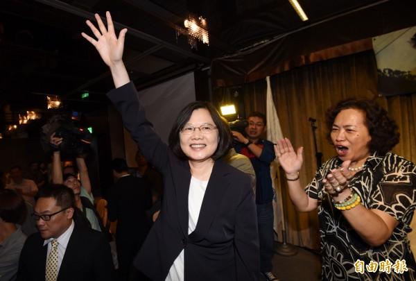 學者蔡瑋傳自北京的態度表示,不再焦躁民進黨重返執政,未來會對民進黨執政下的兩岸作為給予時間跟空間進行觀察。(民進黨總統提名人蔡英文(中)資料照,記者羅沛德攝)