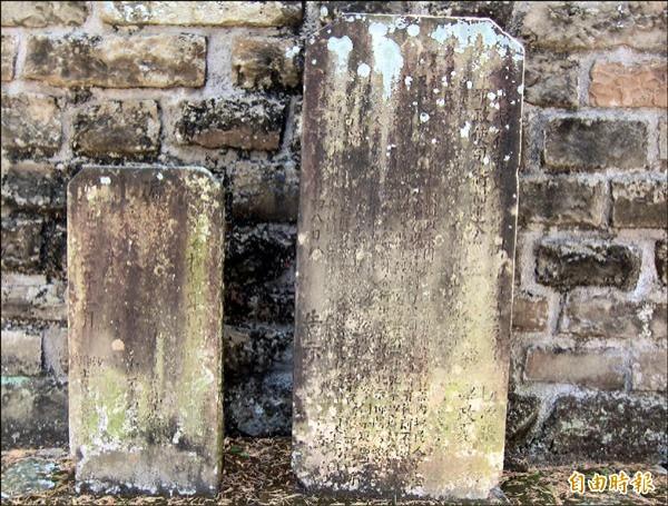 彬彬社將把清朝時期已斑駁的管制站界碑收藏在日後完工的吳光亮故事講堂。(記者謝介裕攝)