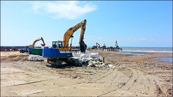 環團控中油施工又破壞藻礁,中油表示施工合法。(桃園在地聯盟提供)