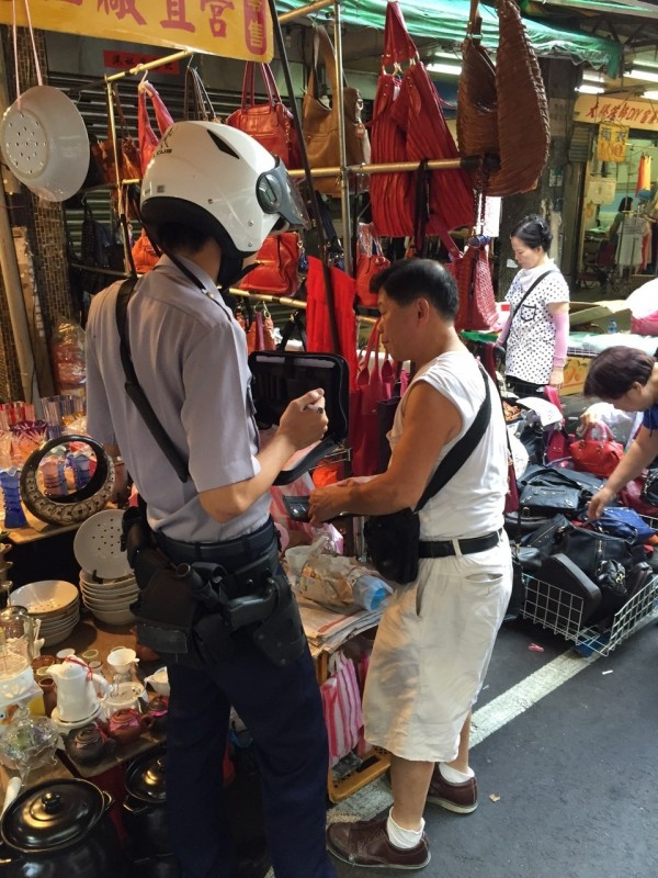 新北市板橋區福德街攤商,幾乎天天被檢舉佔用道路吃罰單,今早警方又兵分多路前往取締開單。(民眾提供)