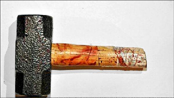 劉嫌做案用的鐵鎚,上頭血跡斑斑。(資料照,記者葛祐豪翻攝)